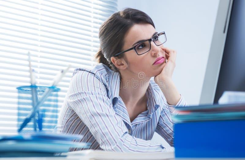 乏味妇女在办公室 免版税库存照片
