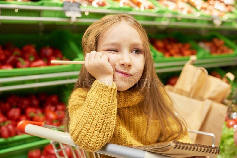 乏味孩子在超级市场 免版税库存图片