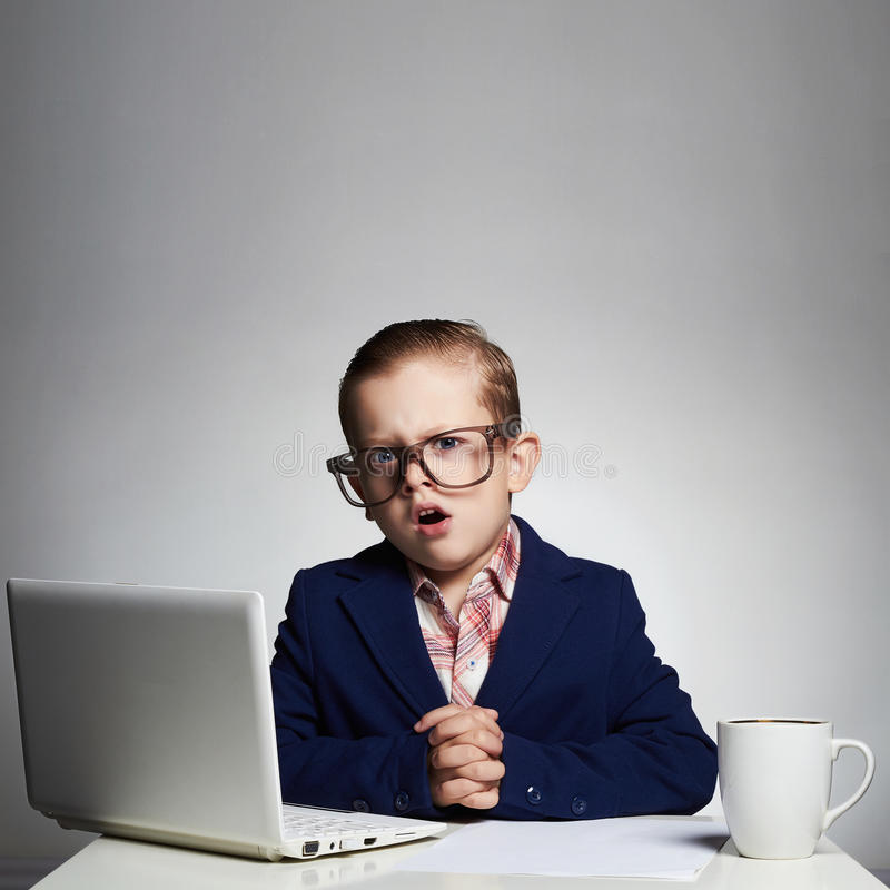 乏味工作 新企业男孩 玻璃的孩子 小的上司在办公室 库存图片