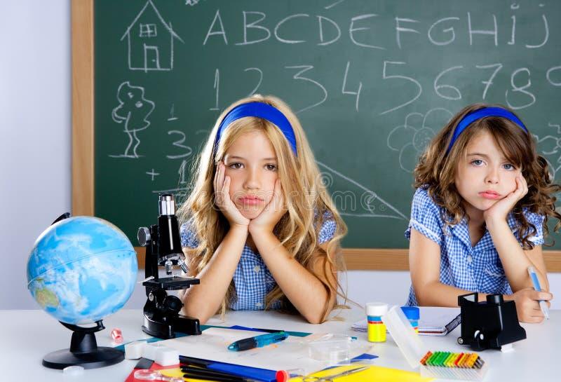 乏味教室服务台开玩笑学校学员 免版税库存图片