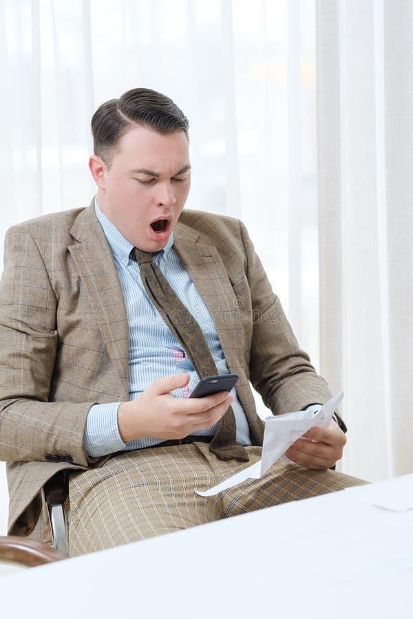 乏味无所事事的办公室工作者打呵欠的愚钝的工作 免版税库存照片