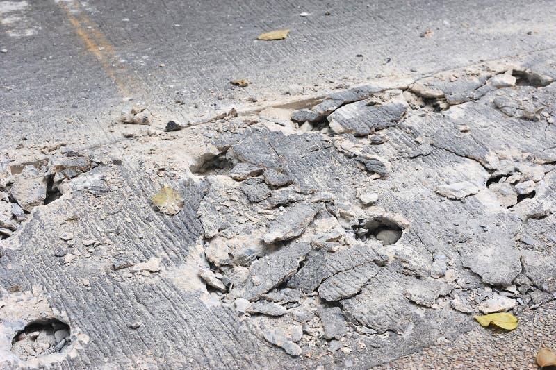 乏味的孔在地面混凝土运作在凿岩机机器旁边 库存图片