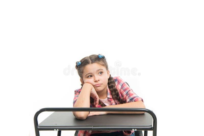 乏味的教训 女孩乏味学生坐在书桌 正规教育的问题 r 孩子逗人喜爱疲乏  免版税库存图片