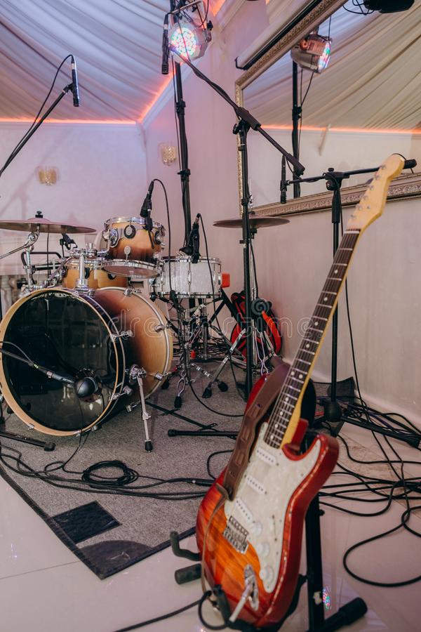 乐器执行阶段的鼓吉他 库存照片