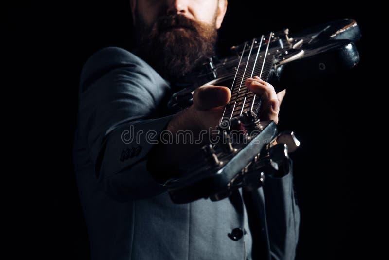 乐器概念 吉他脖子fretboard和床头柜,乐器 手戏剧在音乐会的吉他弦 免版税库存图片