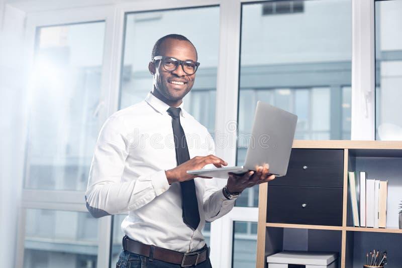 乐观合格的人使用现代设备 免版税库存照片