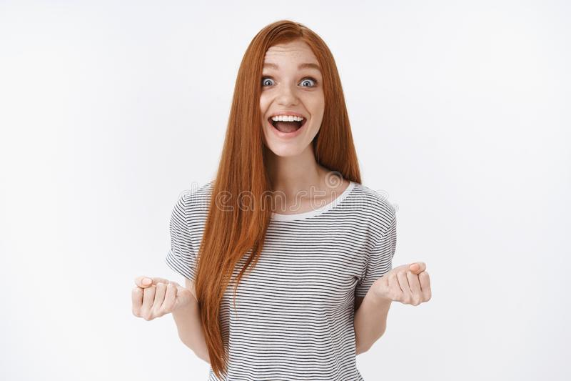 乐观愉快的激动的欢欣的红头发人逗人喜爱十几岁的女孩蓝眼睛微笑接受好令人敬畏的机会机会 库存照片