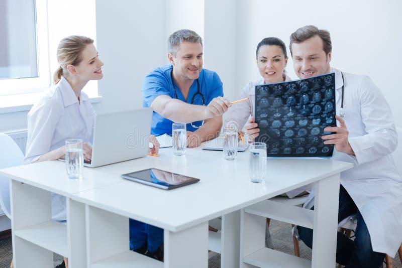乐观放射学家谈论脑子x光芒图象在实验室 库存图片