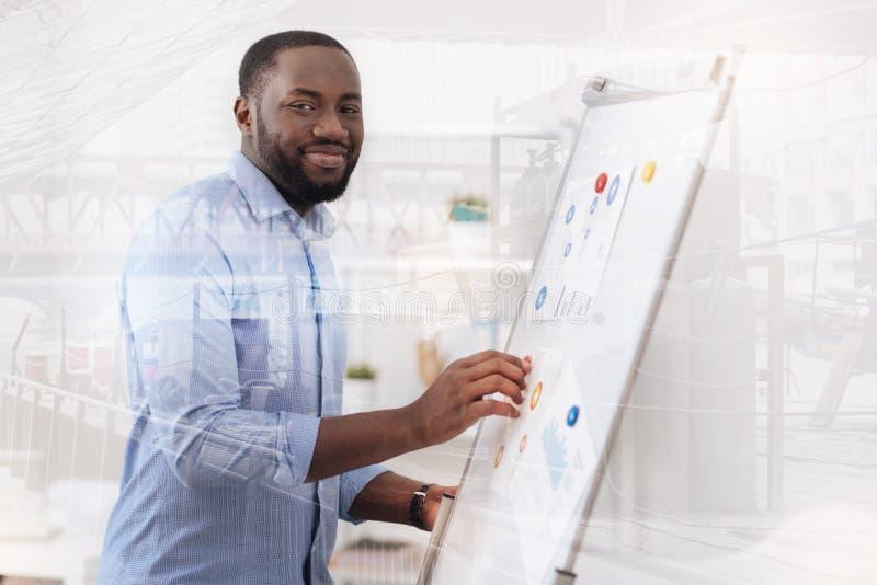 乐观非裔美国人与磁铁板一起使用 库存照片