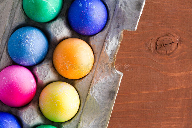 乐趣传统充满活力的手被洗染的复活节彩蛋 库存图片
