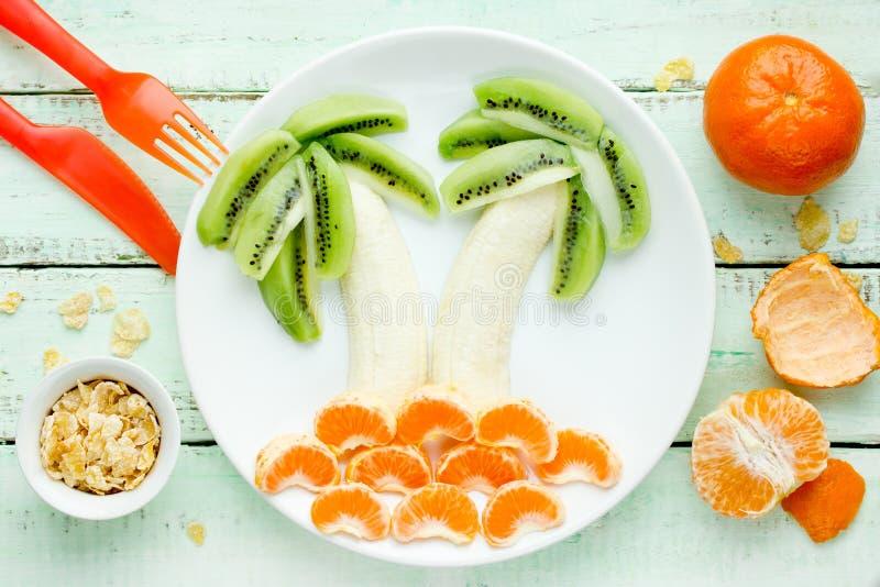 乐趣和健康水果沙拉孩子的,猕猴桃香蕉普通话棕榈 免版税库存照片