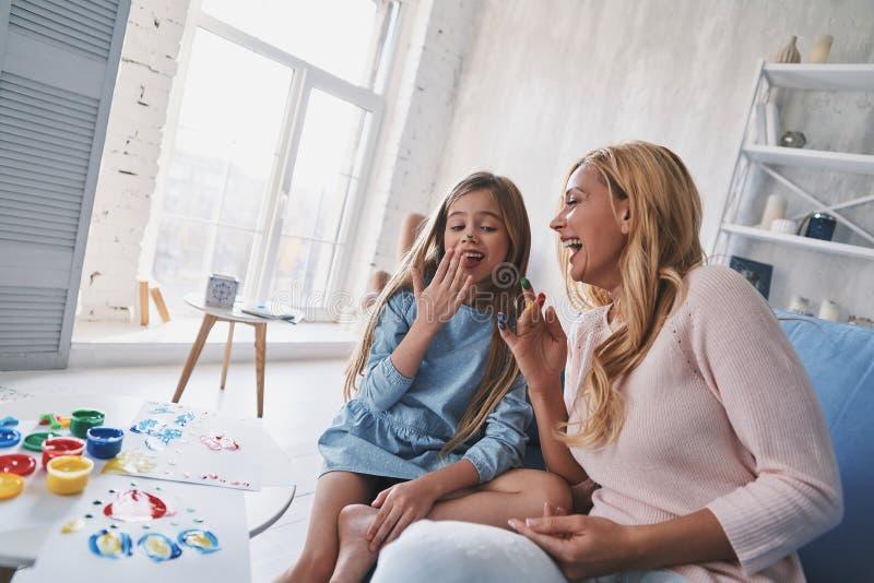乐趣和有用的活动 逗人喜爱的小女孩和年轻美丽的wo 免版税图库摄影