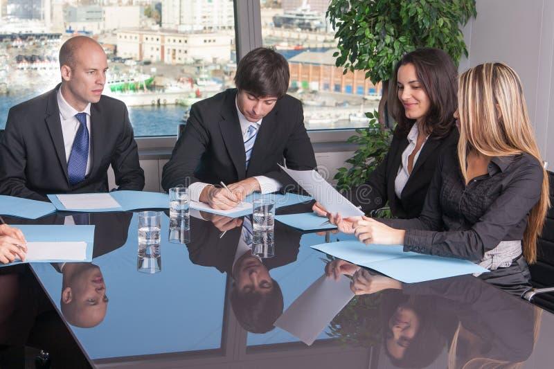乐趣在会议期间在地平线办公室 免版税库存图片