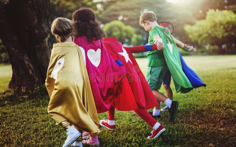 乐趣夏天童年超级英雄概念 免版税库存照片