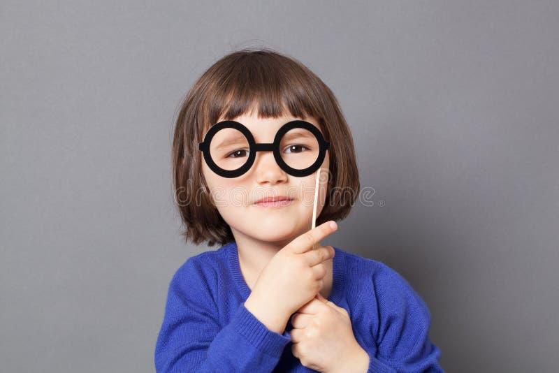 乐趣孩子明智的学龄前孩子的玻璃概念 免版税库存图片