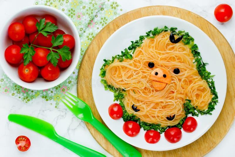 乐趣孩子的-逗人喜爱的黄色鸡米线食物想法 免版税库存照片
