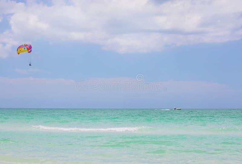 乐趣帆伞运动夏天水上运动 免版税库存照片