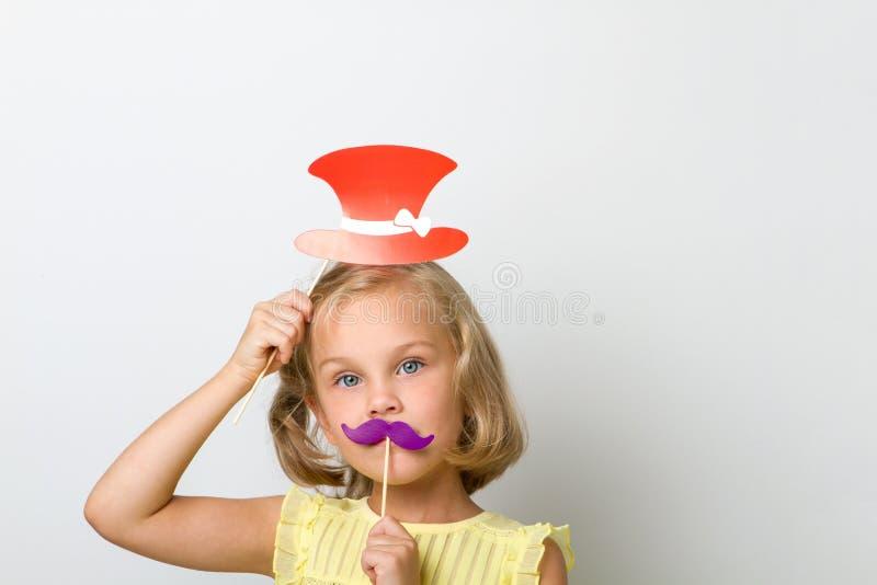 乐趣的业余时间 关闭有假髭的画象小女孩有鼓鳃物的 免版税库存图片