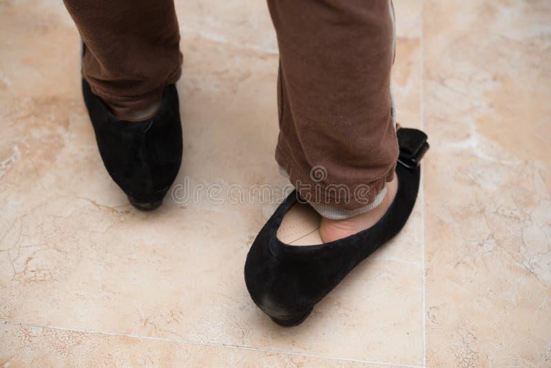 Download 乐趣的孩子佩带的妈咪时髦鞋子 库存图片. 图片 包括有 男朋友, 使用, 作用, 父项, 妈妈, 嬉戏, 重婚 - 72367383