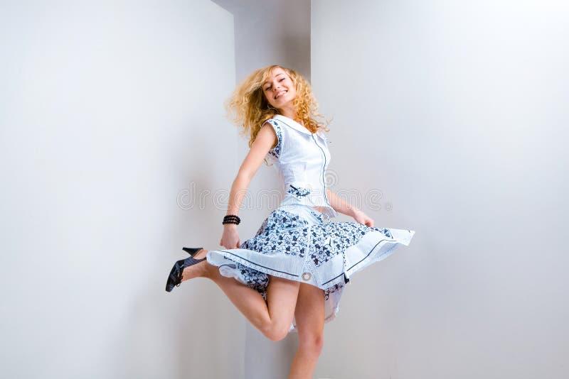 乐趣跳工作室妇女年轻人 免版税库存图片