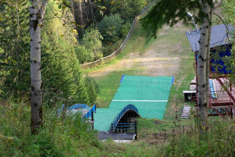 乐趣雪 人为轨道体育背景挪威夏天垂直 库存照片