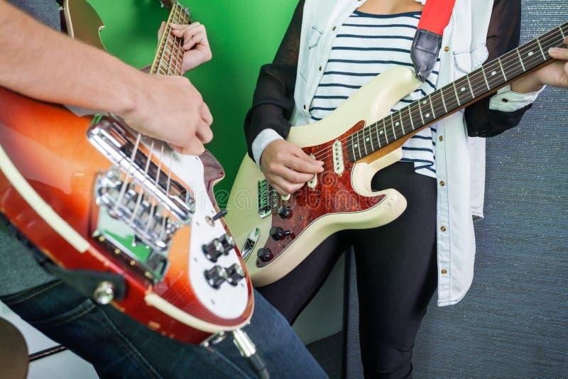 乐队成员的中央部位弹吉他的 库存照片