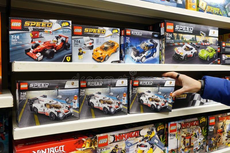 乐高速度箱子在玩具店 免版税库存照片