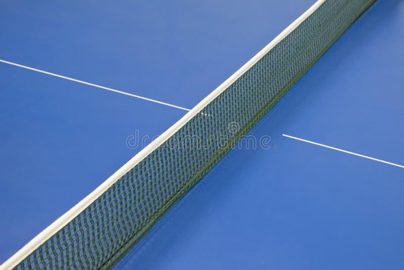 乒乓球和蓝色网球桌的网 免版税图库摄影