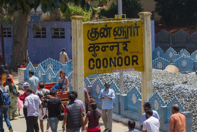 乔奥诺奥尔,泰米尔纳德邦,印度, 2015年3月22日:Nilgiri山铁路 蓝色培训 狭窄测量仪,蒸汽机车 的treadled 免版税库存图片
