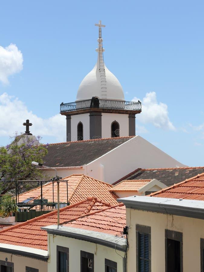 索乔尔罗教会和屋顶的尖顶在马德拉岛的丰沙尔 免版税库存图片