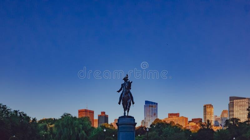 乔治・华盛顿雕象在反对蓝色sk的波士顿公园里 库存照片