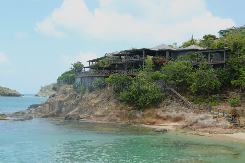 乔治・阿玛尼` s Cliffside撤退在安提瓜岛位于船上厨房海湾 库存照片