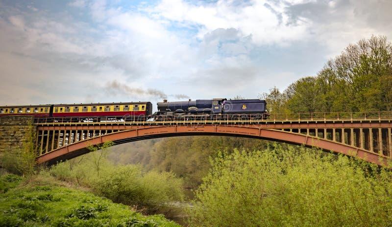 乔治二世国王第2 -通过维多利亚桥梁的蓝色国王蒸汽火车 免版税图库摄影