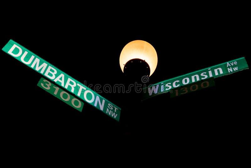乔治城敦巴顿橡树园和威斯康辛大道标志 库存照片