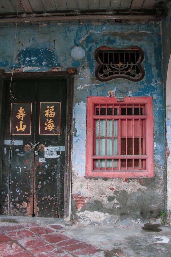乔治城,马来西亚古老街道  老墙壁和门与蓝色和桃红色 库存照片