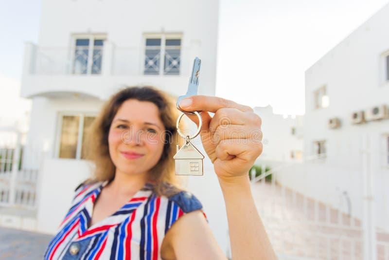 乔迁庆宴、房地产,物产和移动的概念-与钥匙的新的房主 库存图片
