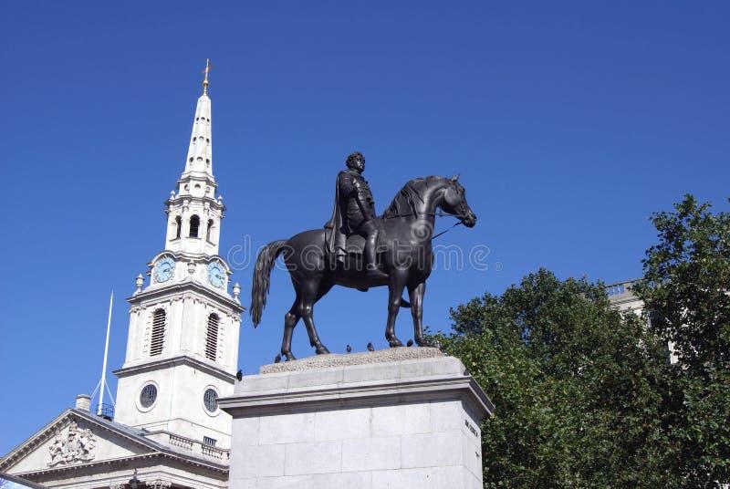 乔治六世国王和圣马丁在这领域雕象在伦敦,英国 免版税图库摄影