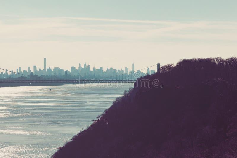 乔治・华盛顿桥梁和纽约地平线从木栅 免版税图库摄影