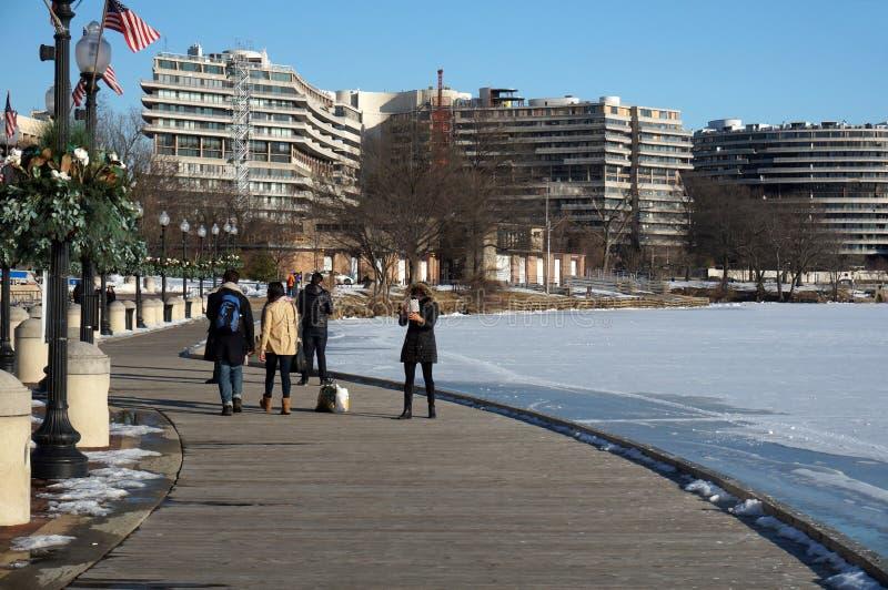 乔治城江边的人们在冬天 库存图片