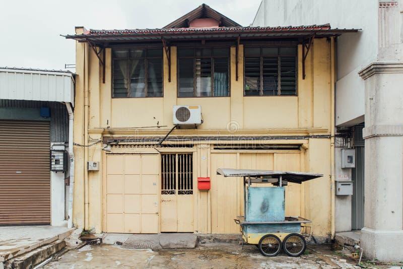 从乔治市街道的黄色大厦  马来西亚槟榔岛 免版税库存图片