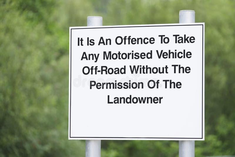 乘任何动力化的车的进攻有田主允许标志的路 免版税库存照片