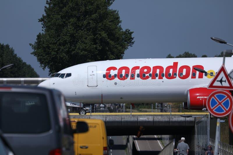 乘出租车在一座桥梁的Corendon aipplane在阿姆斯特丹史基普机场,AMS 库存照片