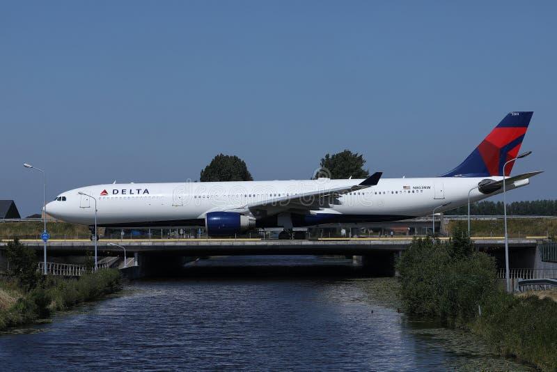 乘出租车在史基普机场,AMS阿姆斯特丹的达美航空 免版税库存照片