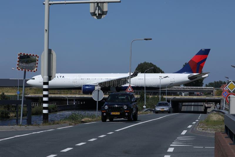 乘出租车在史基普机场,AMS阿姆斯特丹的达美航空 库存照片