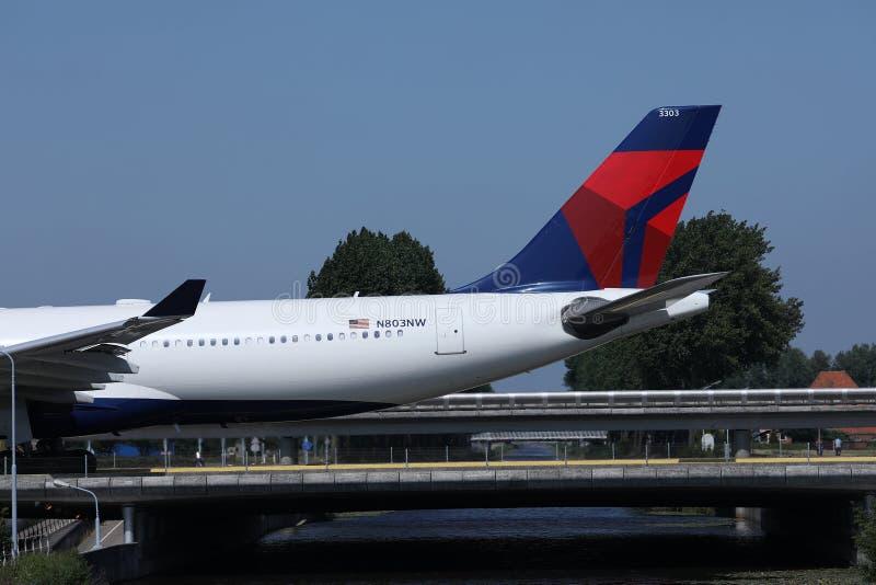 乘出租车在史基普机场,AMS阿姆斯特丹,特写镜头视图的达美航空 免版税图库摄影