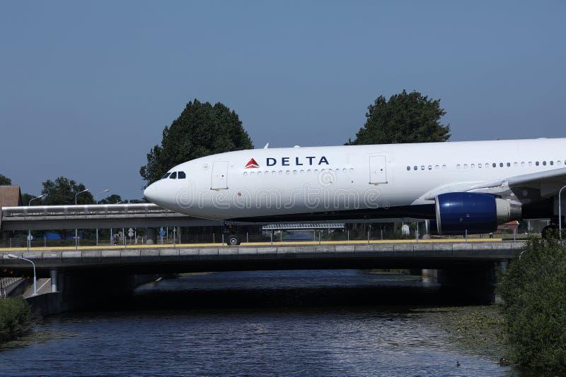 乘出租车在史基普机场,AMS阿姆斯特丹,特写镜头视图的达美航空 库存照片