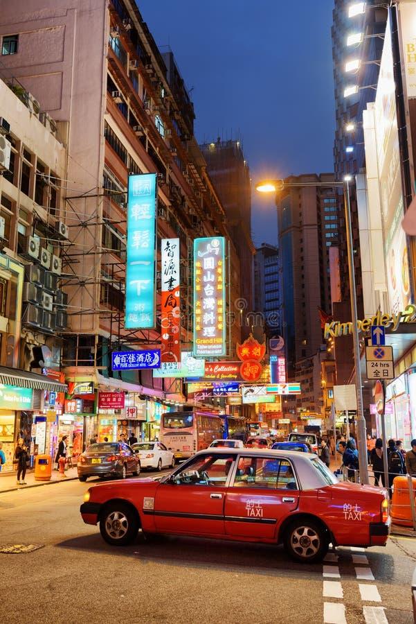 乘出租车在夜城市香港街道上  图库摄影