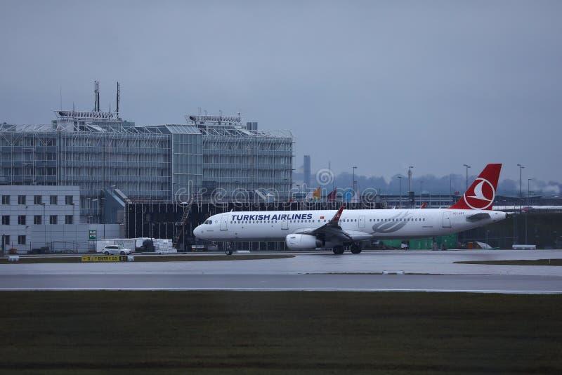 乘出租车在慕尼黑国际机场MUC的星空联盟土耳其航空喷气机 库存图片