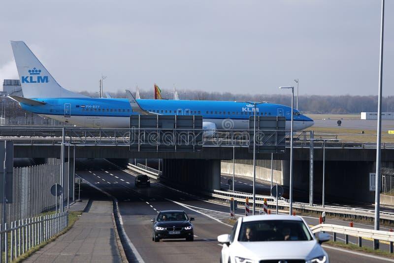 乘出租车在桥梁的KLM飞机在史基普机场,AMS阿姆斯特丹,特写镜头视图 库存照片