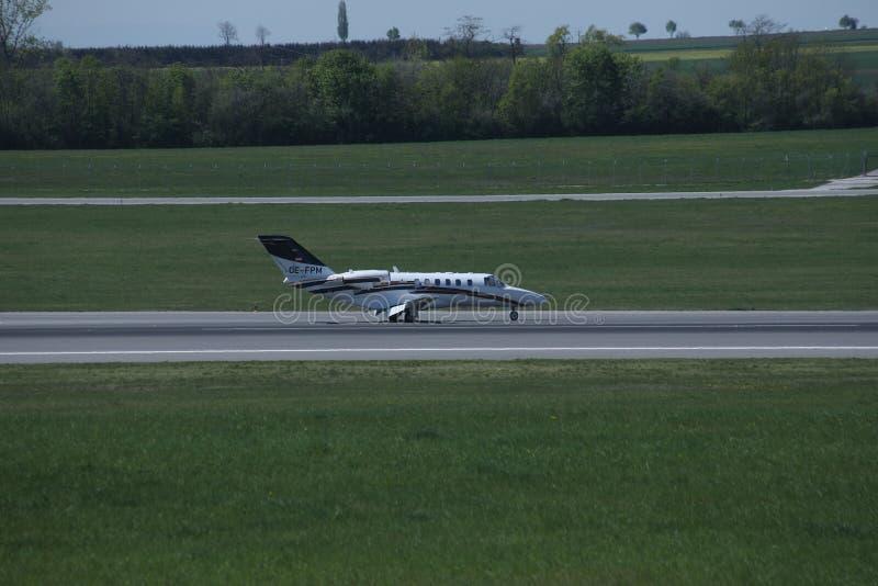 乘出租车在维也纳机场中的小喷气机,竞争 免版税库存照片